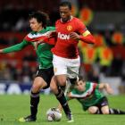 Athletic Bilbao's Ander Iturraspe (L) challenges Manchester United's Patrice Evra during their...