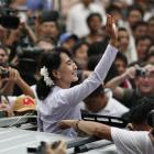 Burmese pro-democracy leader Aung San Suu Kyi waves to supporters in Yangon. Photo by Reuters.