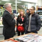 Customer Shane Murray (right) speaks to Finance Minister Michael Cullen yesterday, while Dunedin...