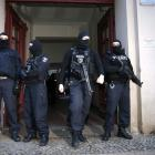 German special police units stand in front of an entrance of an apartment building in the Wedding...
