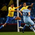 Manchester City's Owen Hargreaves (R) shoots to score against Birmingham City during their League...