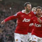 Manchester United's Ryan Giggs, centre, celebrates with team mate Javier Hernandez, right, after...