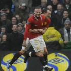 Manchester United's Wayne Rooney (L) celebrates his second goal against Manchester City with Phil...