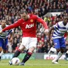 Manchester United's Wayne Rooney scores a penalty against Queens Park Rangers.   REUTERS/Darren...