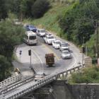 Queues of traffic wait to cross the one-lane  Kawarau Falls bridge in 2011. Photo by ODT.