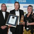 Registered Master Builders director Darrell Trigg with 2014 southern region house of the year...