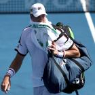 John Isner leaves the court following his loss to Steve Johnson. Photo Getty