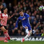 Eden Hazard shoots for Chelsea against Southampton. Photo: Getty Images