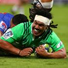 Aki Seuili crosses to score for the Highlanders against the Force. Photo Getty Images