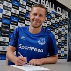 Gylfi Sigurdsson signs his contract with Everton. Photo: Getty Images