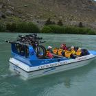 Clutha River Cruises operates a bike-transfer service on the Roxburgh Gorge Cycle Trail.