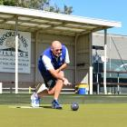 Peter Belliss having a roll-up on the Taieri green prior to the BLK National Bowls Championships...