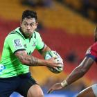 Highlanders centre Rob Thompson looks for options as he approaches Reds counterpart, Samu Kerevi...