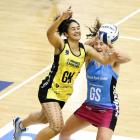 The Pulse's Sulu Fitzpatrick (L) and the Steel's Jen O'Connell vie for the ball. Photo: Getty Images