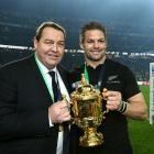 Sir Steve Hansen and Richie McCaw hold the Webb Ellis Trophy. Photo: Getty Images