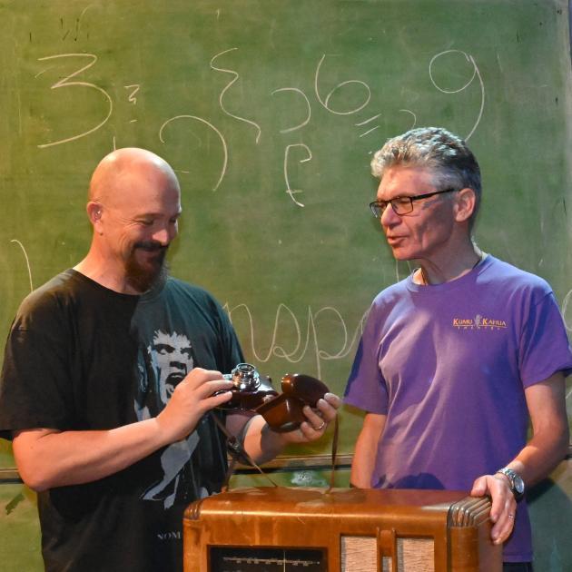 设计师Martyn Roberts(左)和联合导演David O'Donnell准备演出Fission。照片:Linda Robertson