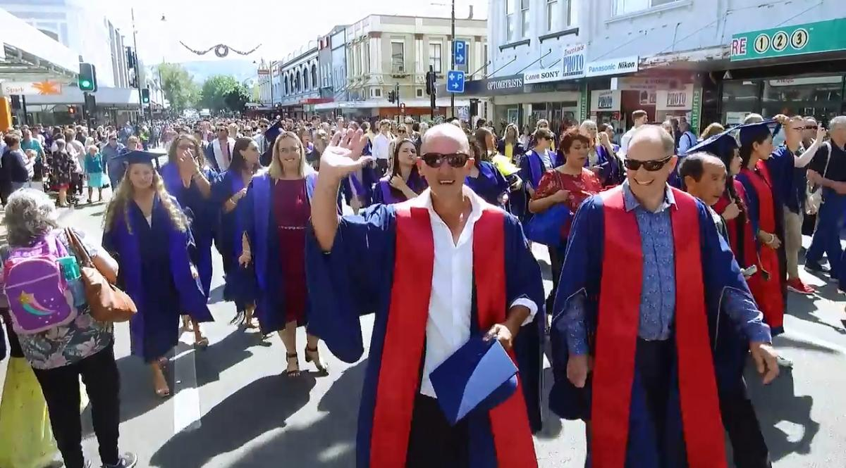 Hundreds swarm Dunedin streets before graduations