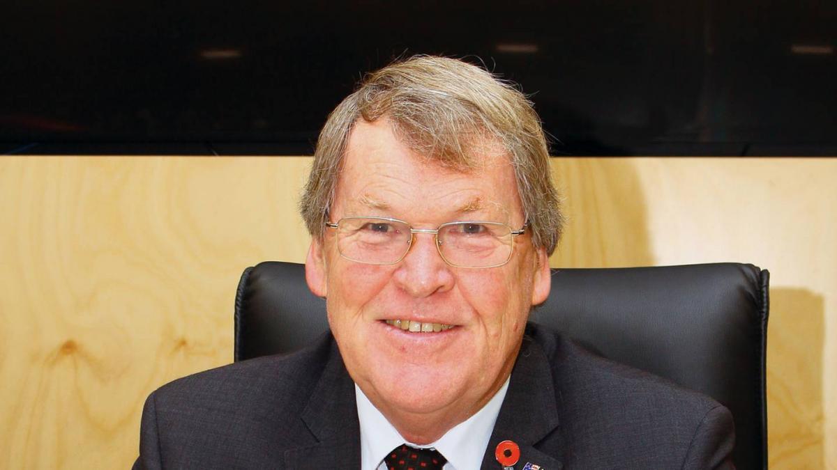 Mayor calls for North Island lockdown as cases spread