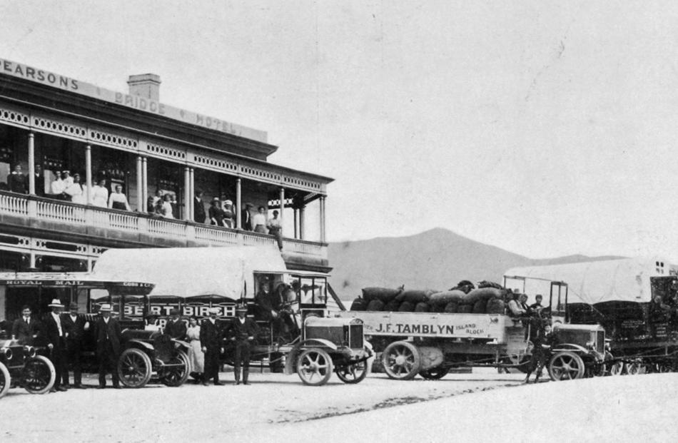 The scene outside the Beaumont Hotel in 1915 with lorries loaded with fruit from Roxburgh, waiting for the train to arrive. Photo from Otago Witness.