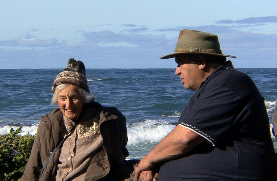 Tour guide Gary Kiel talks to Sheila Natusch on Wellington's south coast