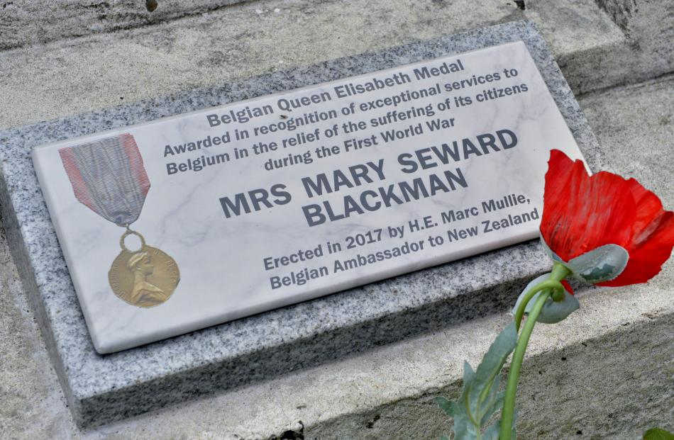 The special plaque now affixed to the known graves of the recipients of the Elisabeth Medal....