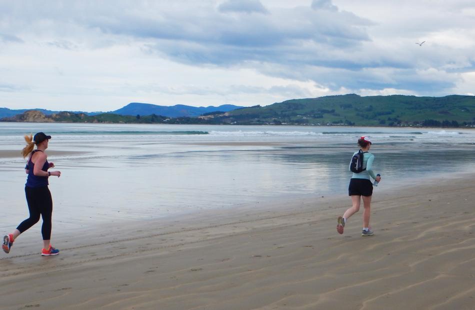 Contestants running along Waikouaiti Beach heading towards Karitane.