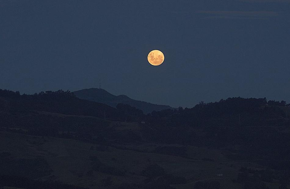 The 'wolf moon' over Mt Cargill. Photo: Dr Ian Griffin/Twitter