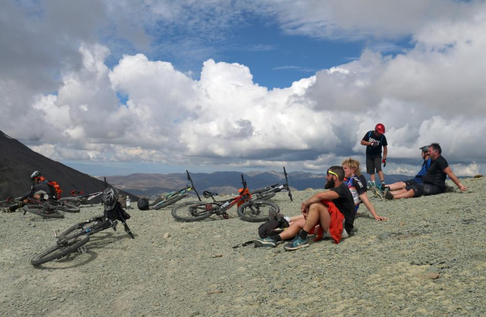 A welcome break at the 1700m ridgeline before heading to the Mt Kohurau summit.