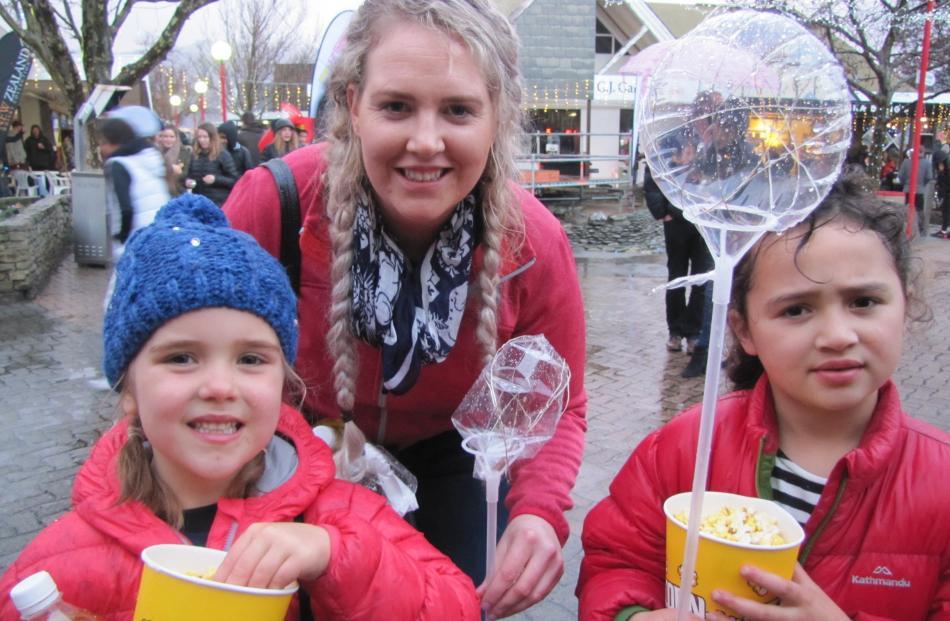 Lyla O'Sullivan (6) and Kelly and Georgie (6) Moloney, all of Alexandra.