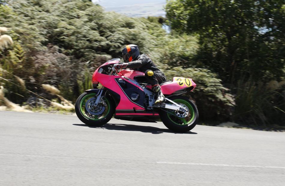 Nigel Lennox from Auckland powers his Kawasaki ZXR400 up the last straight of the hill climb.