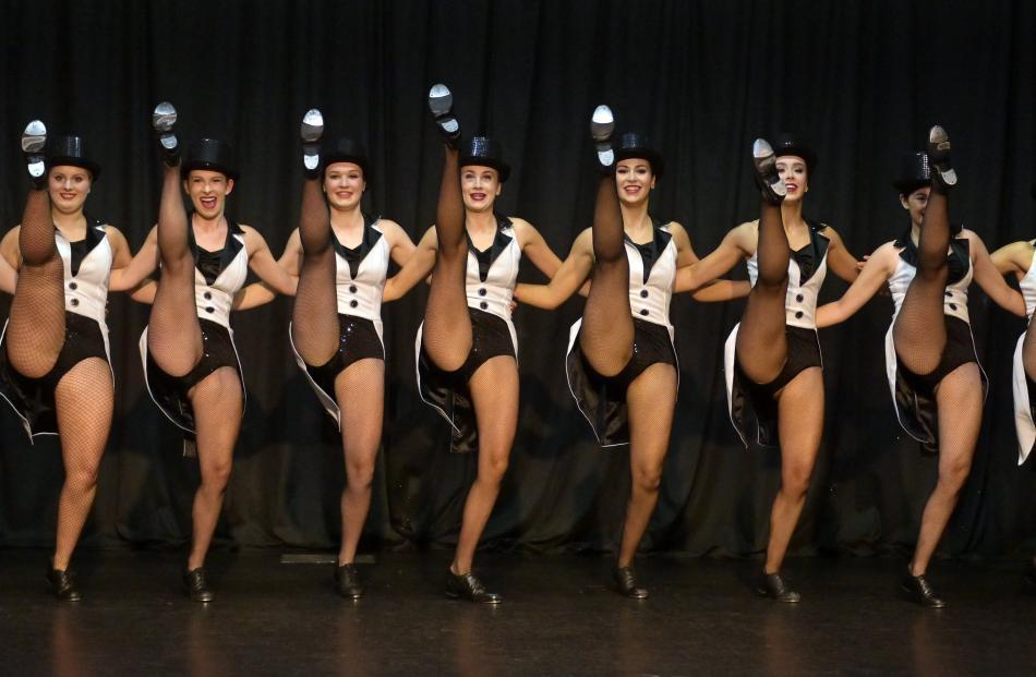 Denise Henderson高级剧团成员在达尼丁踢踏舞协会的第50届演出...
