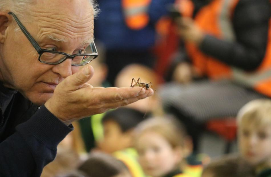 Ruud Kleinpaste showing the students the secret life of critters, during one of the workshops....