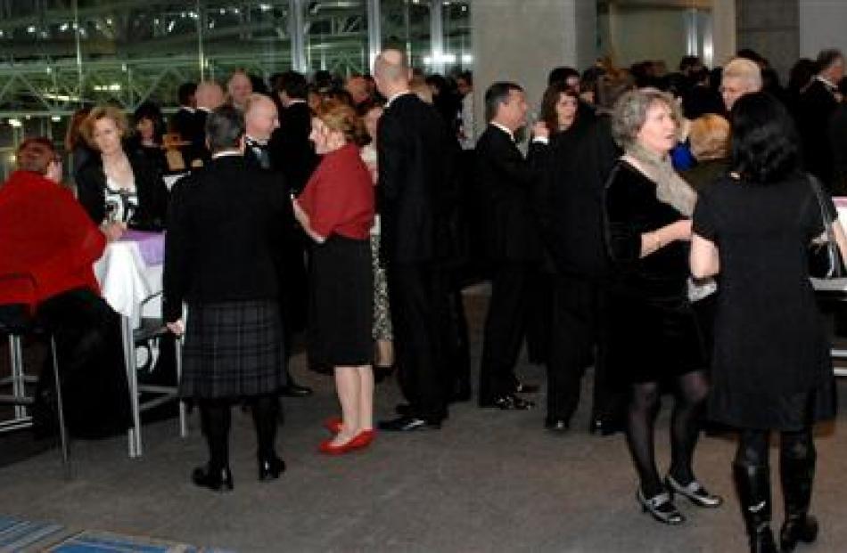 Guests enjoy pre-dinner drinks. Photos by Linda Robertson.