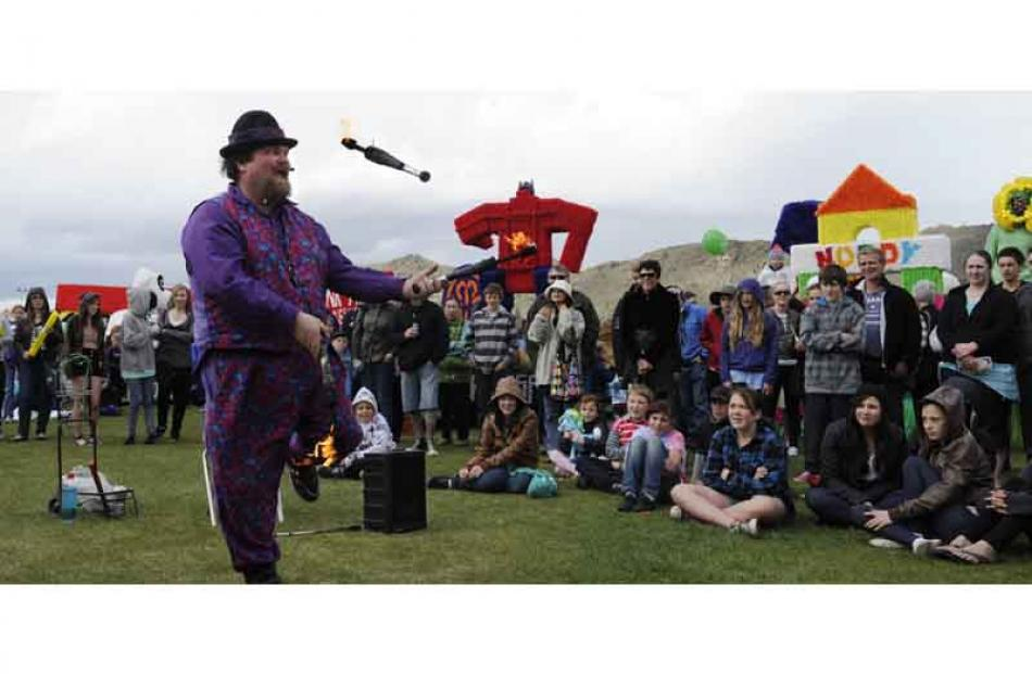 """Hefty Geoff"" otherwise known as Geoff Veale entertains the crowd with his juggling routine."