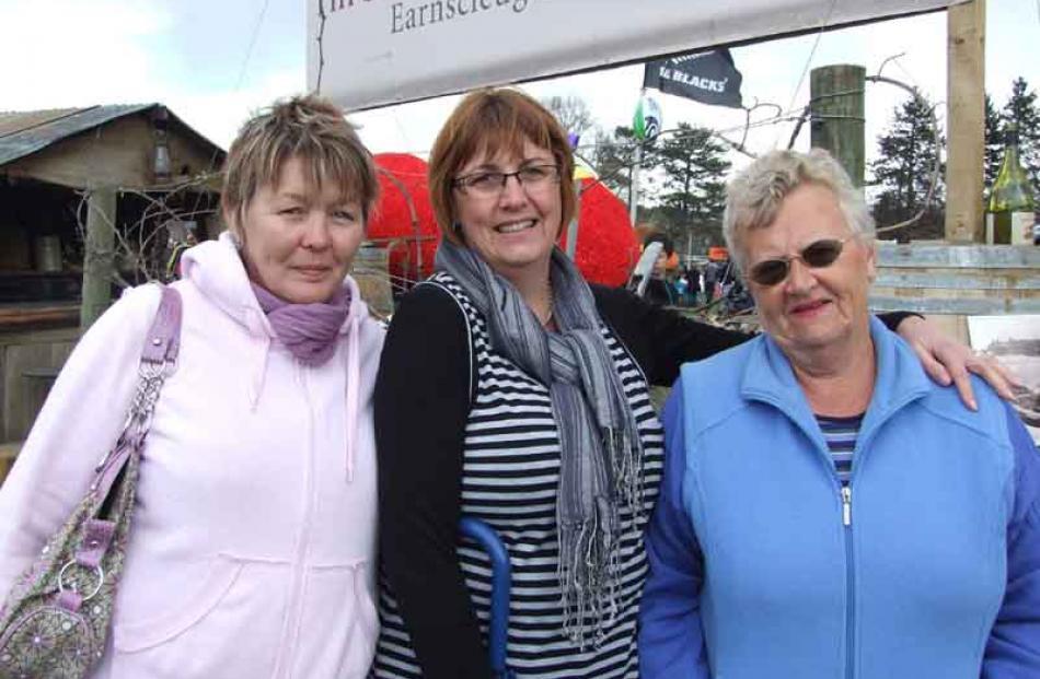 Lyn Everix, of Brisbane, Jenny McIvor and Bev McIvor, both of Alexandra.