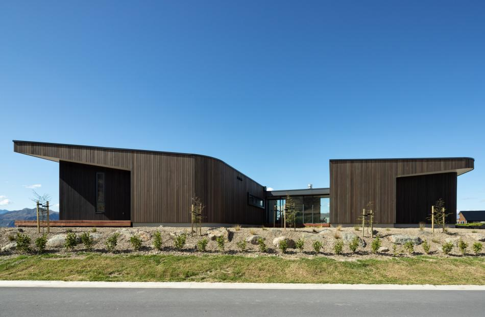 Two types of cedar cladding, with a dark and a warm stain, accentuate the lines of the windows...