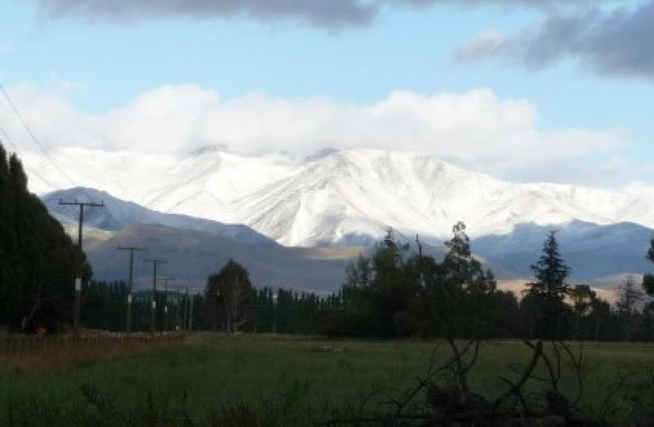 Snow lies on the mountains behind Kurow this morning. Photo Margery and Brian Deaker