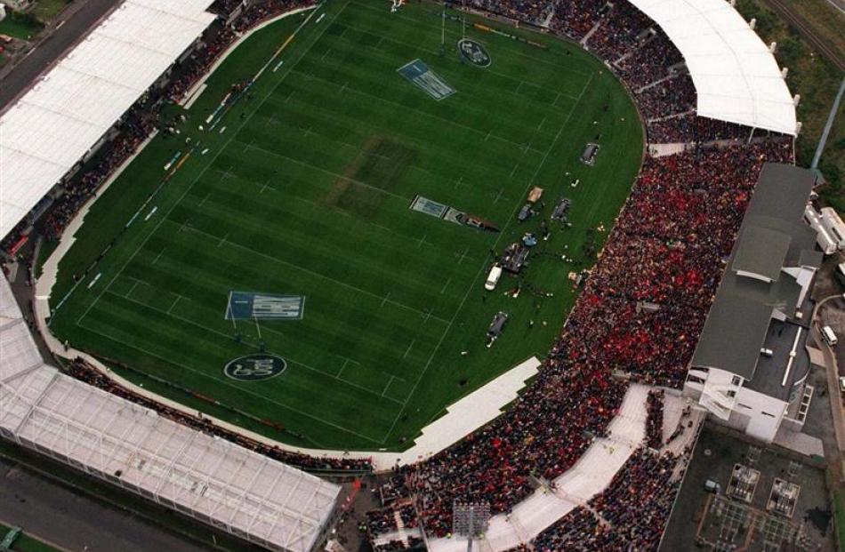 An aerial shot of Carisbrook during the 1999 final between the Highlanders and the Crusaders.