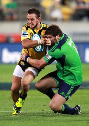Highlanders captain Jamie Mackintosh wraps up Andre Taylor. (Photo by Hagen Hopkins/Getty Images)