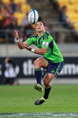 Phil Burleigh of the Highlanders takes a high ball. (Photo by Hagen Hopkins/Getty Images)