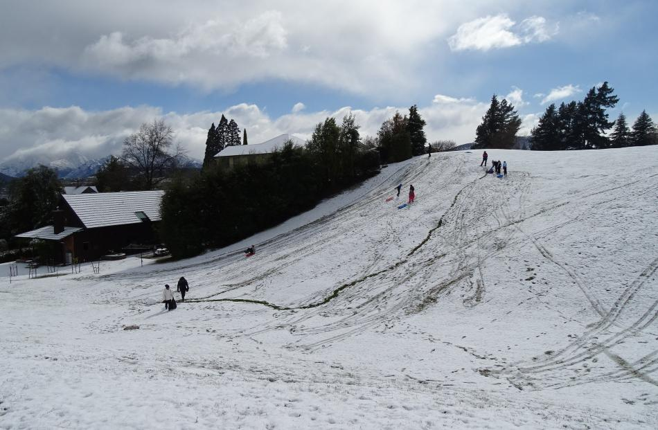 Young and old managed an hour or two of tobogganing on Faulkes Tce reserve before the snow melted...
