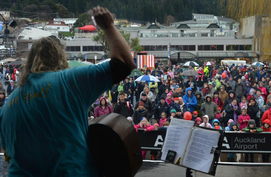 Craig Smith sings on the Queenstown waterfront.