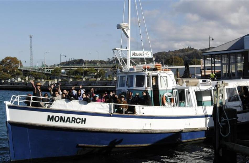 The Monarch leaves for a cruise from the upper harbour. Photo by Linda Robertson.