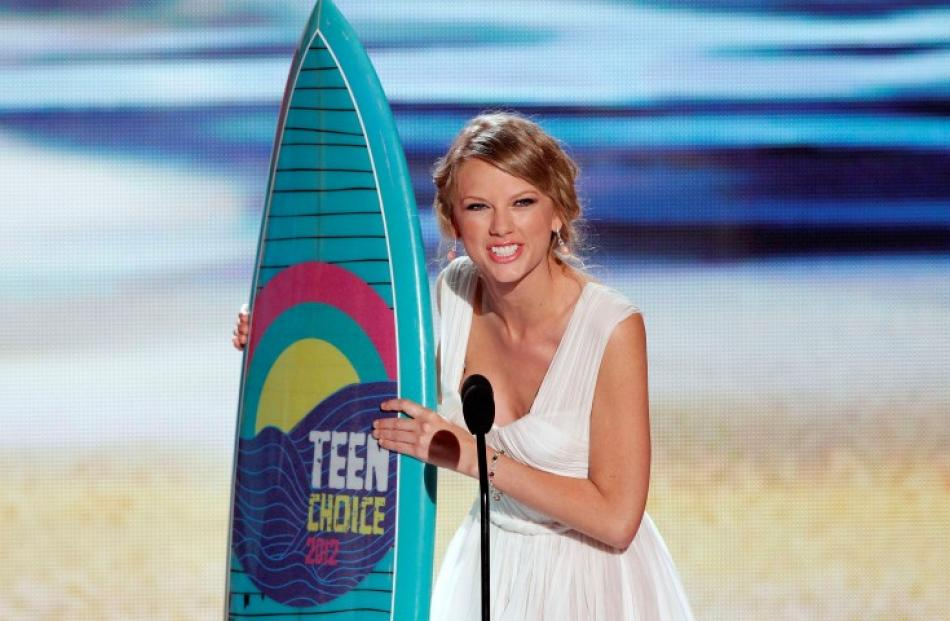 Singer Taylor Swift accepts the Choice Female Artist Award at the 2012 Teen Choice Awards at the...