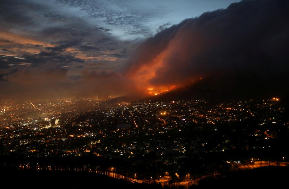 Table Mountain fire burning 'out of control' BBC News
