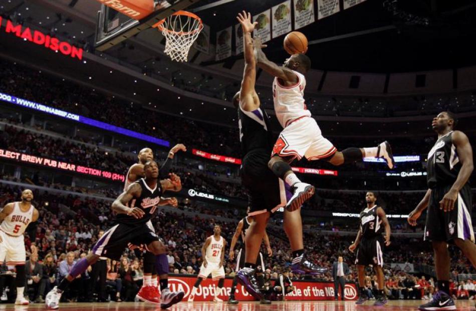 Chicago Bulls point guard Nate Robinson (2) shoots over Sacramento Kings power forward Chuck...
