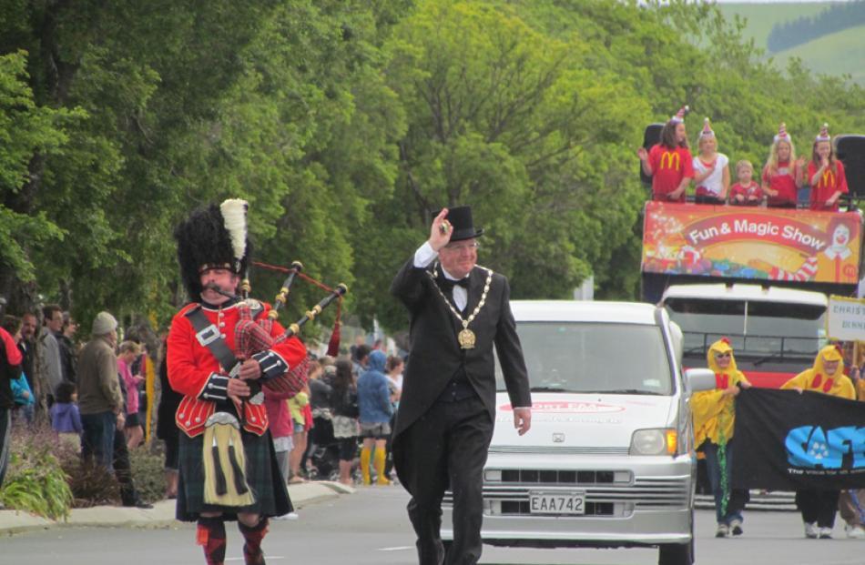 Waitaki mayor Alex Familton with a Scottish bag-piper.