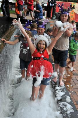 Brylie McIntosh (10) front enjoys the foam in the fountain with Heaven Samon-Loffley (12), Autumn...