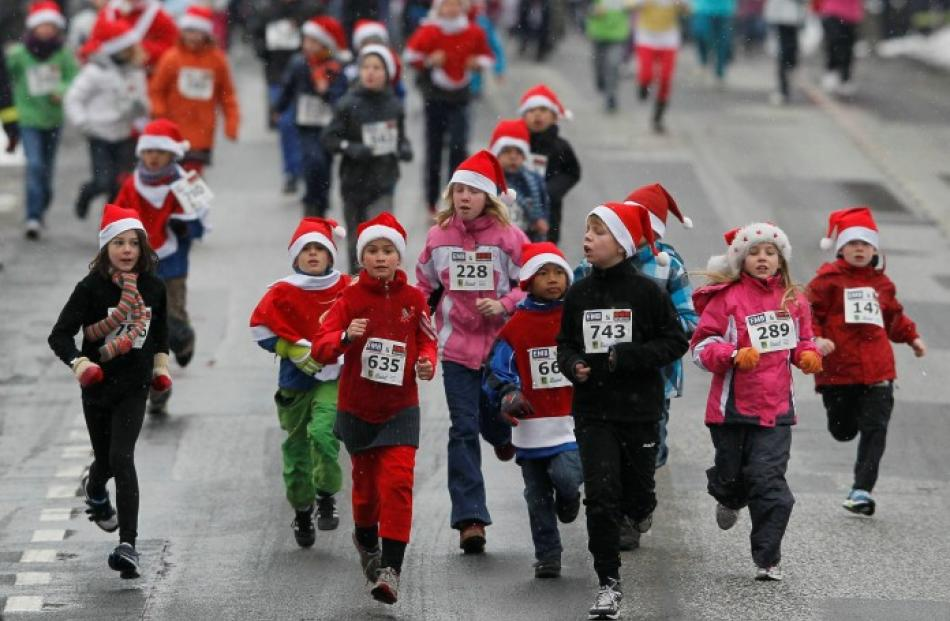 Children start in the so-called 'Nikolaus Run' in the East German town of Michendorf. REUTERS...