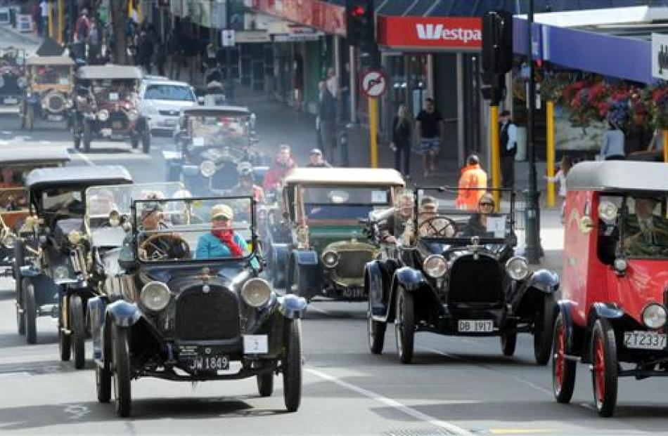 The Brighton Veteran Car Rally convoy heads into George St on Saturday. Photos by Craig Baxter.